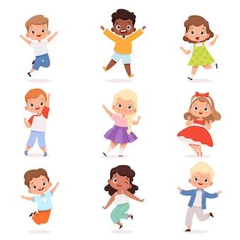 Szczęśliwe dzieci. słodkie dzieci bawiące się w akcji stanowią wektor chłopcy i dziewczęta. ilustracja postaci z dzieciństwa, skok grupy dzieci