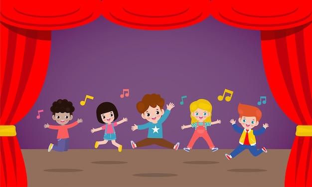 Szczęśliwe dzieci tańczą i skaczą na scenie