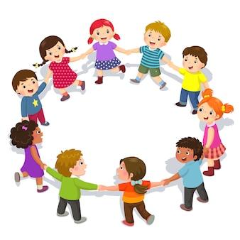 Szczęśliwe dzieci trzymając się za ręce w okręgu. śliczni chłopcy i dziewczęta dobrze się bawią