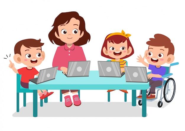 Szczęśliwe dzieci uczące się razem ze swoim nauczycielem