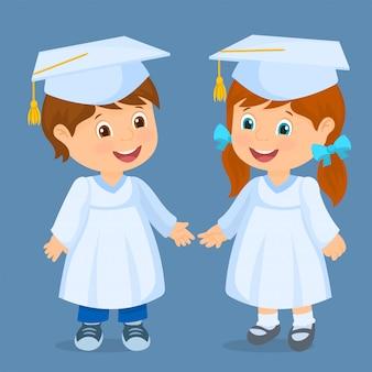 Szczęśliwe dzieci ukończyły szkołę. para dzieci z czapkami