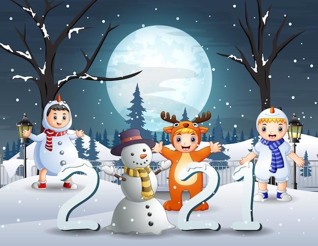 Szczęśliwe dzieci w strojach zwierząt na krajobraz śniegu