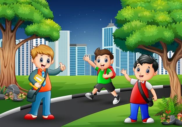 Szczęśliwe dzieci w wieku szkolnym idące drogą do miasta