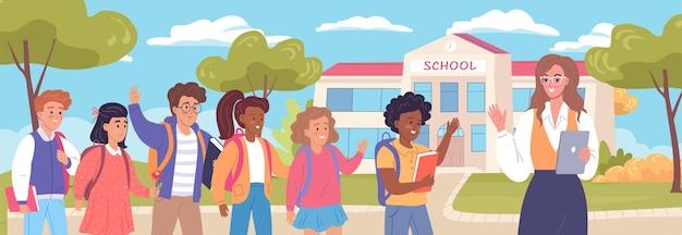 Szczęśliwe dzieci w wieku szkolnym wracają do szkoły po wakacjach