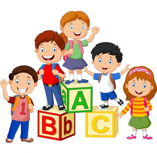 Szczęśliwe dzieci w wieku szkolnym z bloków alfabetu