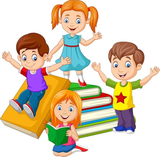 Szczęśliwe dzieci w wieku szkolnym z stosy książek