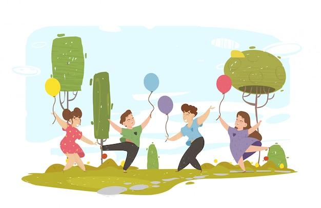 Szczęśliwe dzieci wesoły spaceru w parku miejskim.