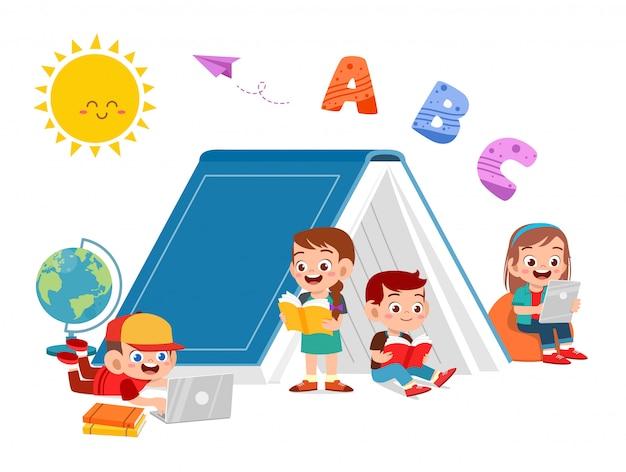 Szczęśliwe dzieci wspólnie czytają książkę i uczą się