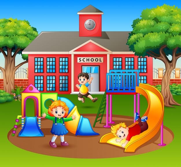 Szczęśliwe dzieci z przedszkola bawiące się na placu zabaw