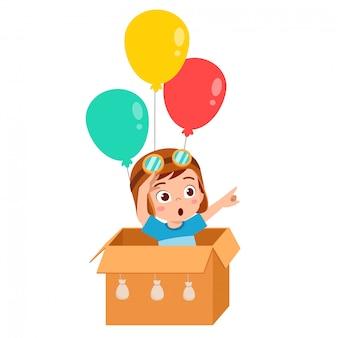 Szczęśliwe dziecko chłopiec grać karton zabawka balon