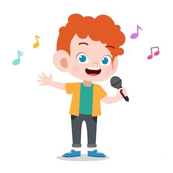 Szczęśliwe dziecko gra śpiewa muzykę karaoke
