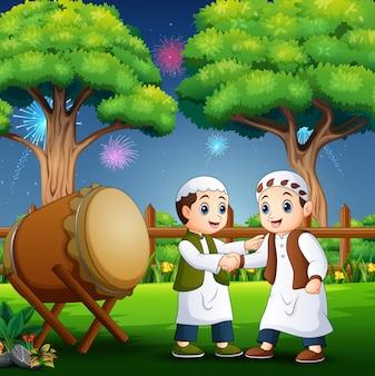 Szczęśliwe dziecko świętuje eid al fitr
