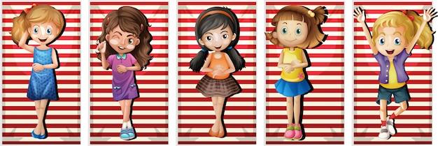 Szczęśliwe dziewczyny na ręcznikach plażowych