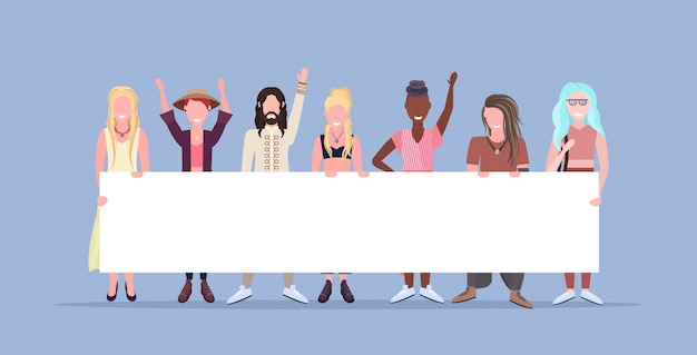 Szczęśliwe kobiety mężczyzn stojących razem uśmiechnięte mieszać rasy ludzi posiadających puste tabliczki znak pokładzie kobiet mężczyzn postaci z kreskówek pełnej długości niebieskie tło poziome