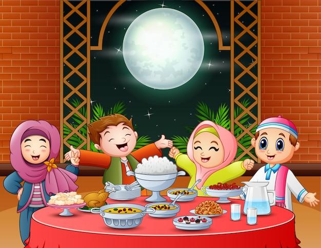 Szczęśliwe muzułmańskie dzieci świętujące imprezę iftar