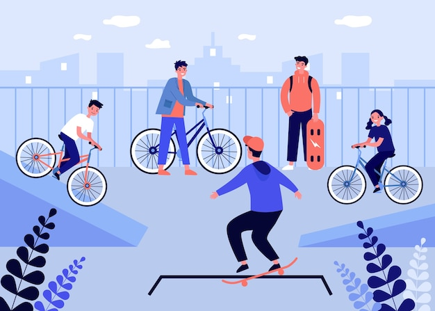 Szczęśliwe nastolatki jeżdżą na rowerze i na rolkach.