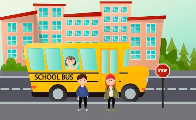 Szczęśliwe słodkie dzieci jadą do szkoły autobusem. oczekiwanie na autobus szkolny na przystanku. ilustracja