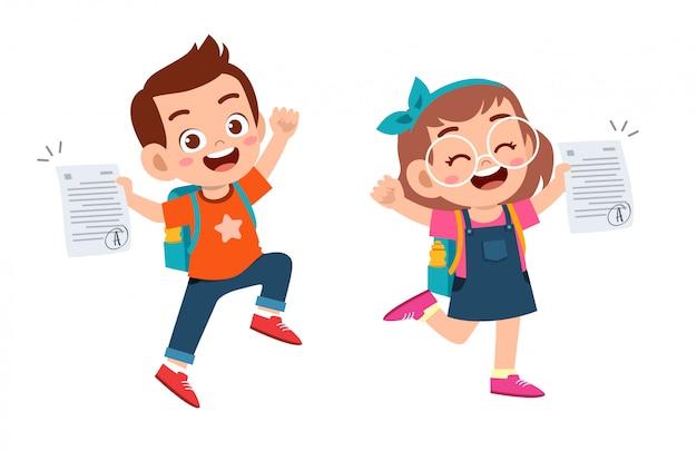 Szczęśliwe słodkie dzieci mają dobry znak egzaminu