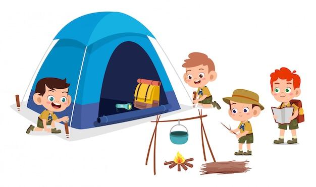 Szczęśliwe słodkie dzieci na zewnątrz obozu letnie wakacje