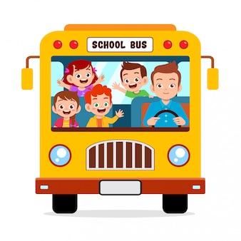 Szczęśliwe słodkie dzieci razem jeżdżą szkolnym autobusem