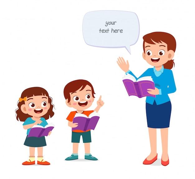 Szczęśliwe słodkie dzieci uczące się z nauczycielem