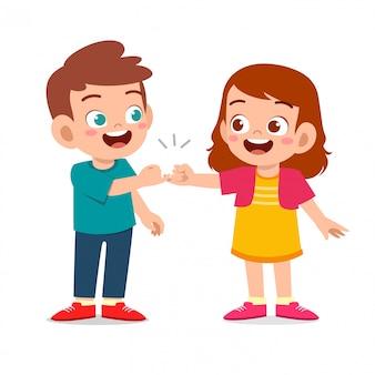 Szczęśliwe słodkie małe dzieci chłopiec i dziewczynka obiecują