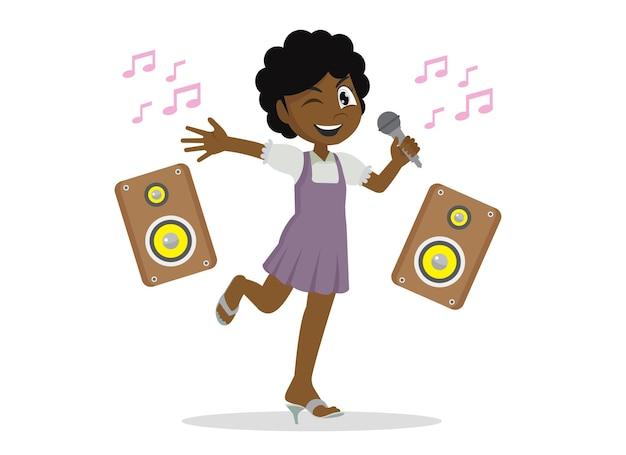 Szczęśliwe słodkie małe dziecko afrykańska dziewczyna śpiewa piosenkę