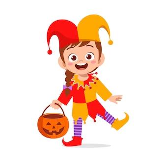 Szczęśliwe słodkie małe dziecko świętuje halloween nosi kostium klauna