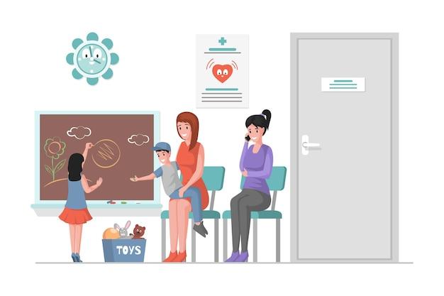 Szczęśliwe uśmiechnięte kobiety siedzące w kolejce w klinice pediatrycznej