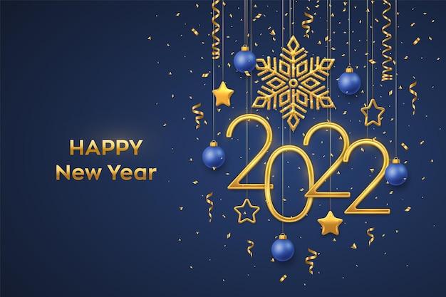 Szczęśliwego nowego 2022 roku. wiszące złote metaliczne cyfry 2022 z błyszczącym płatkiem śniegu, metalowymi gwiazdami 3d, kulkami i konfetti na niebieskim tle. nowy rok kartkę z życzeniami lub szablon transparentu. wektor.