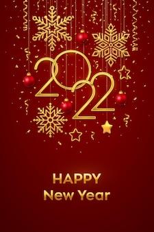 Szczęśliwego nowego 2022 roku. wiszące złote metaliczne cyfry 2022 z błyszczącymi płatkami śniegu, metalowymi gwiazdami 3d, kulkami i konfetti na czerwonym tle. nowy rok kartkę z życzeniami lub szablon transparentu. wektor.