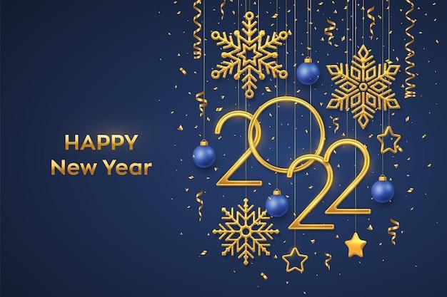 Szczęśliwego nowego 2022 roku. wiszące złote metaliczne cyfry 2022 z błyszczącymi płatkami śniegu, metalowymi gwiazdami 3d, kulkami i konfetti na niebieskim tle. nowy rok kartkę z życzeniami lub szablon transparentu. wektor.