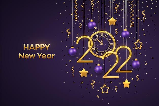 Szczęśliwego nowego 2022 roku. złote metaliczne cyfry 2022 i zegarek z cyfrą rzymską i odliczaniem północy, wigilia nowego roku. wiszące złote gwiazdy i kule na fioletowym tle. ilustracja wektorowa.