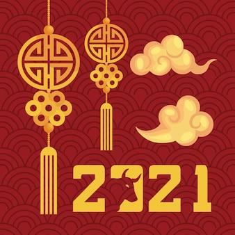 Szczęśliwego nowego roku 2021 karta z napisem ze złotymi chmurami i dekoracjami wiszącymi projekt ilustracji