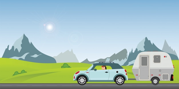 Szczęśliwej pary napędowy samochód na drodze w pogodnym wiosna dniu w wakacje.
