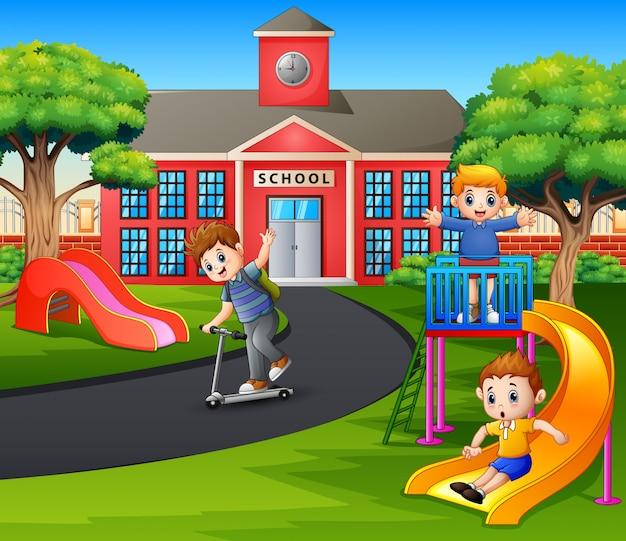 Szczęśliwi chłopcy bawią się na boisku po szkole