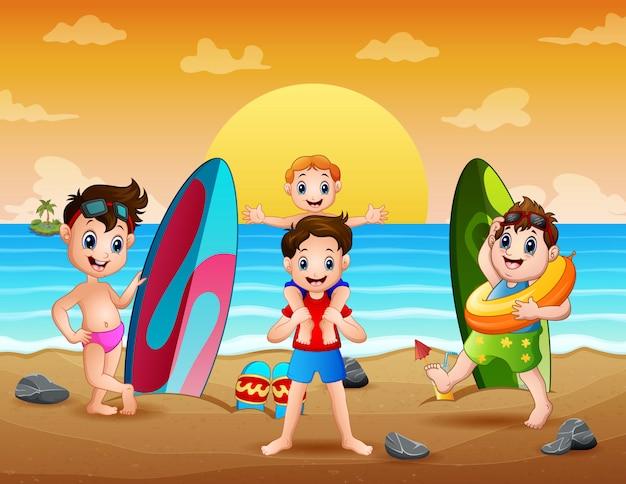 Szczęśliwi chłopcy bawią się na plaży