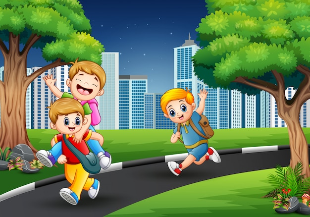 Szczęśliwi chłopcy bawiący się w drodze do miasta