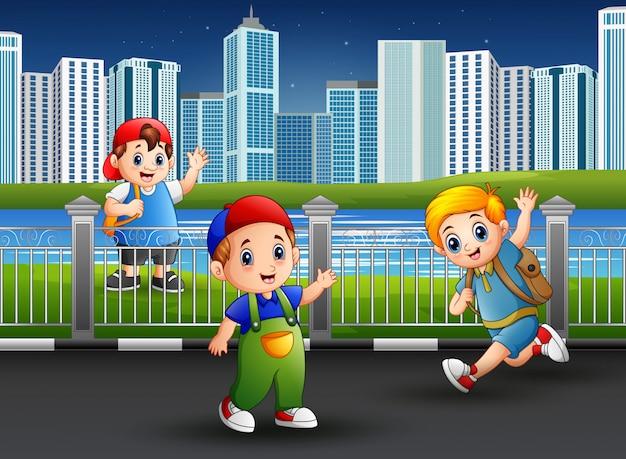 Szczęśliwi chłopcy bawiący się w parku