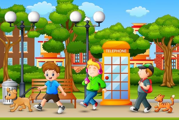 Szczęśliwi chłopcy cieszą się i chodzą w parku