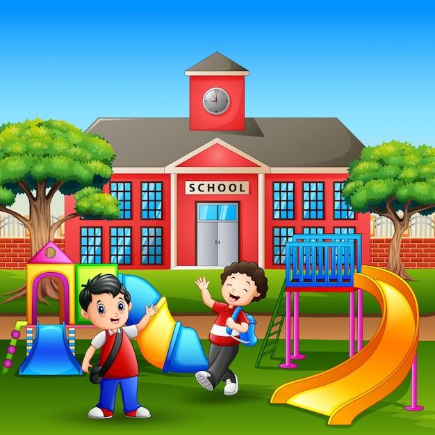 Szczęśliwi chłopcy grający na szkolnym boisku