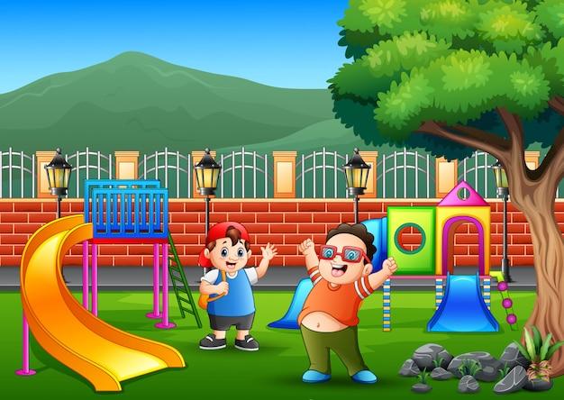 Szczęśliwi chłopcy na placu zabaw