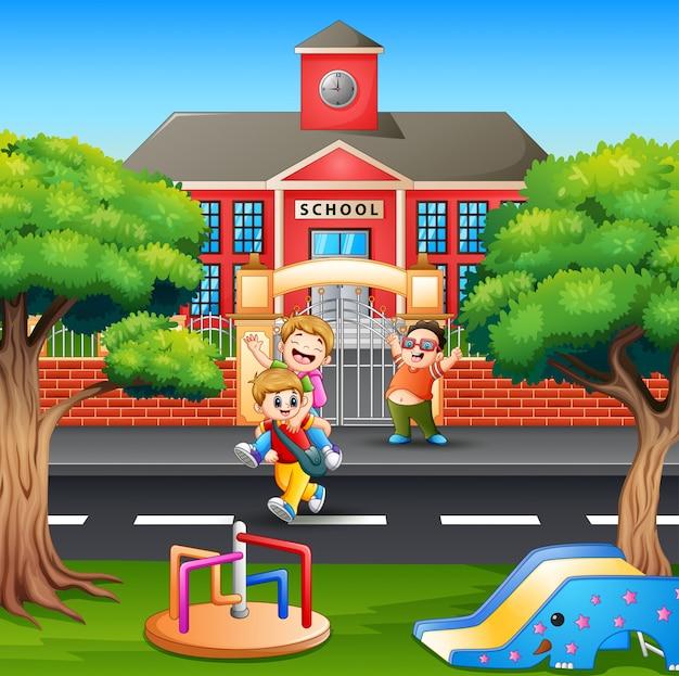 Szczęśliwi chłopcy wracają do domu po szkole