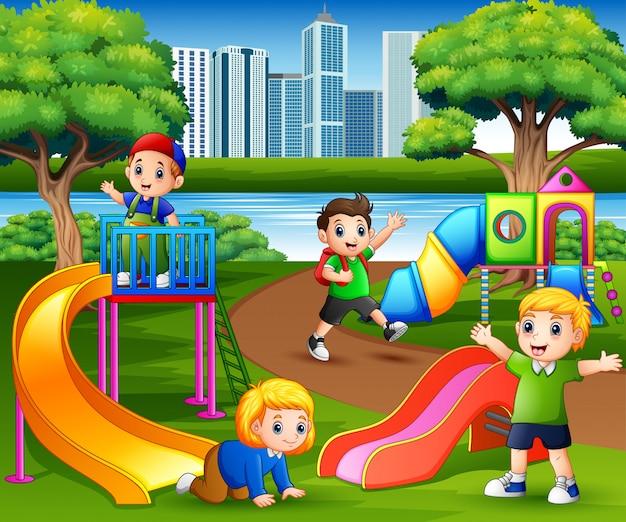 Szczęśliwi dzieci bawić się w szkolnym boisku
