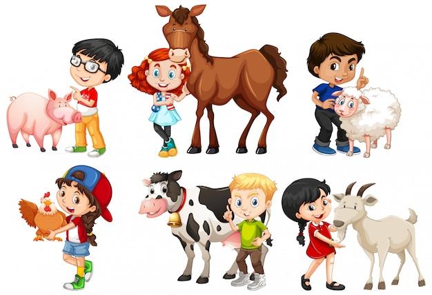 Szczęśliwi dzieci z zwierzętami gospodarskimi na białym tle