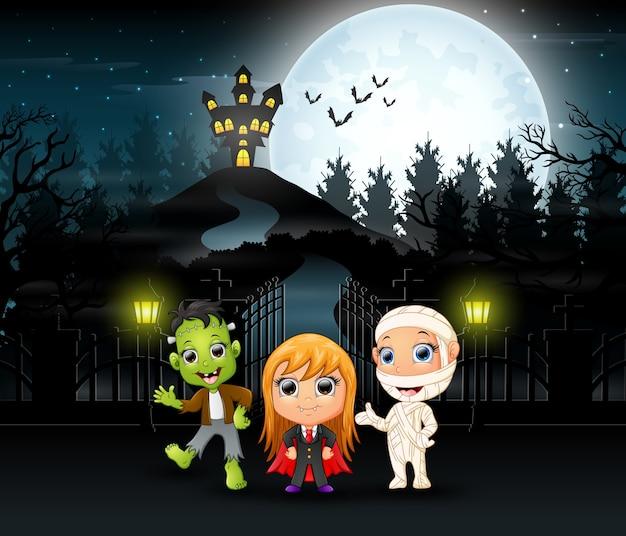 Szczęśliwi dzieciaki jest ubranym halloween kostium outdoors