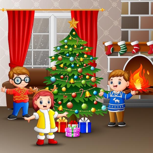 Szczęśliwi Dzieciaki świętuje Boże Narodzenia W Domu Premium Wektorów