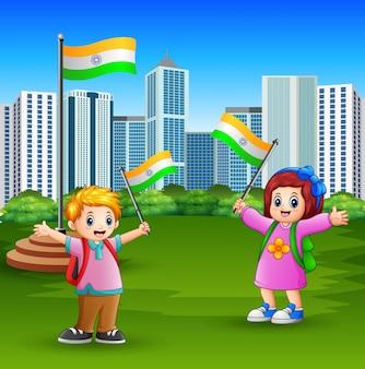Szczęśliwi dzieciaki trzyma flaga państowowa na miasto parku