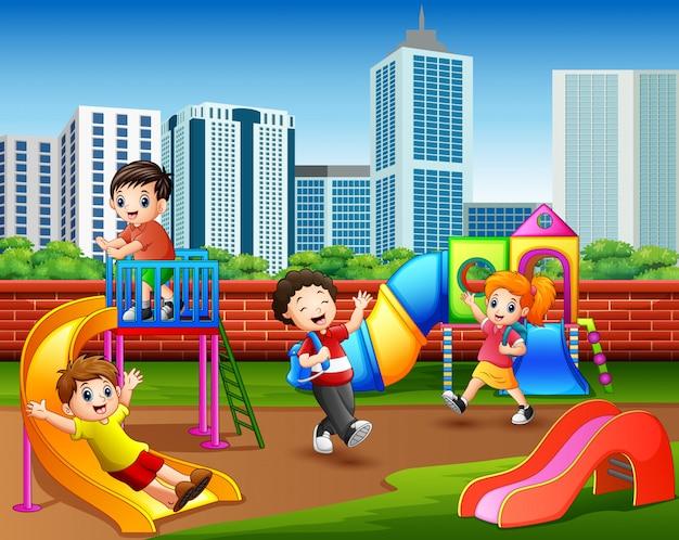 Szczęśliwi dziecinów dzieci bawić się w boisku