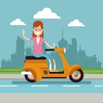 Szczęśliwi kobiet szkła jedzie hulajnoga miastowego tło